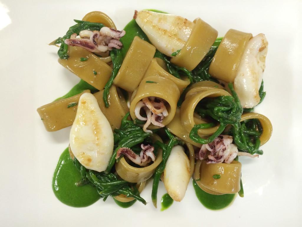 calamarata-cotta-in-consomme-di-porcini-salsa-di-erbe-spontanee-salicornia-e-calamaretti-al-prosecco-docg-con-maurizio-potocnik