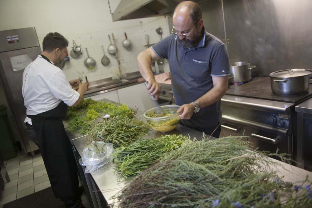 chef-daniele-zennaro-e-gabriele-bisetto-esperto-botanico-in-cucina-con-maurizio-potocnik