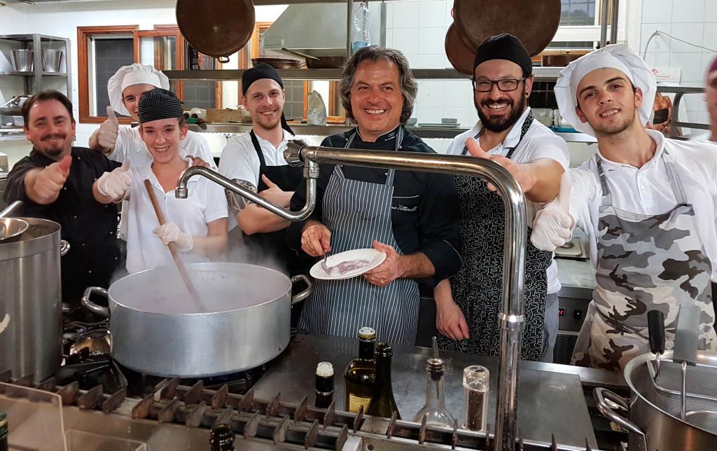 lo chef Tino Vettorello di Tino Eventi e la sua brigata di cucina