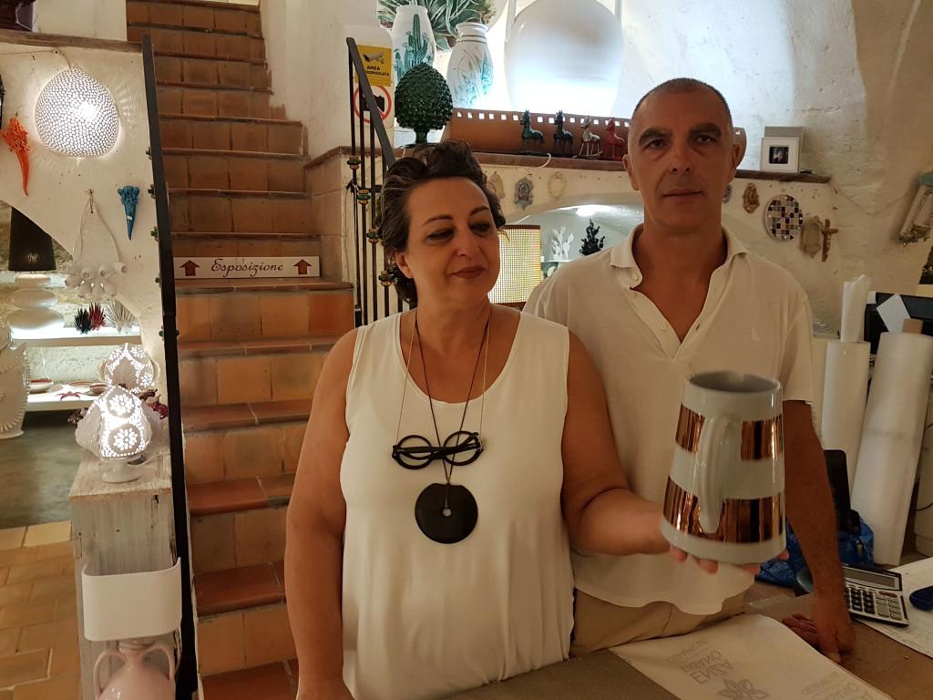 Enza Fasano ed il marito nel loro atelier di ceramiche - Grottaglie
