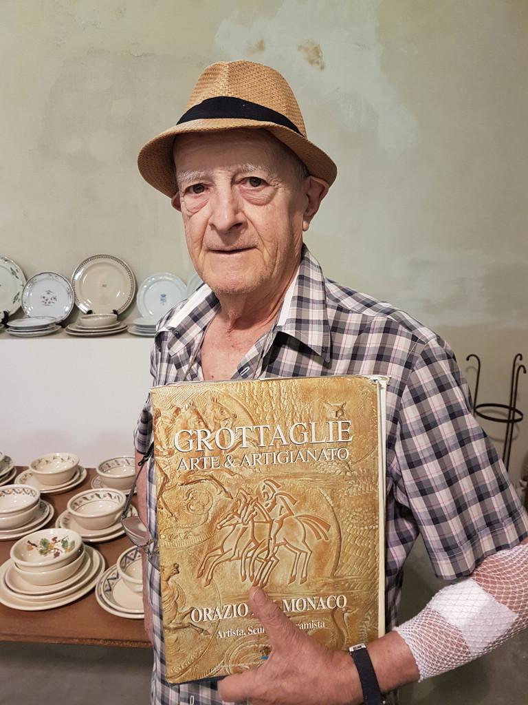 Il Maestro Orazio del Monaco nel suo laboratorio di Grottaglie